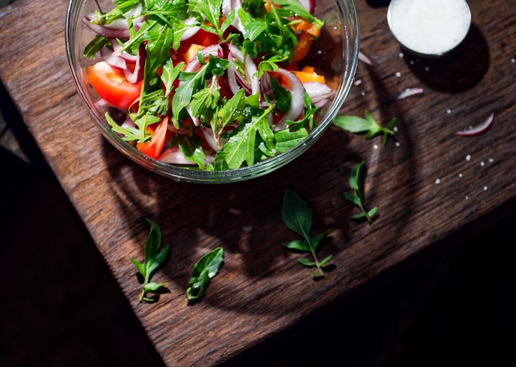 salade variée de crudités sur une table en bois