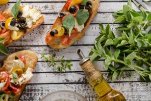 bruschetta avec des herbes et une bouteille d'huile d'olive