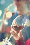 verre de vin rouge avec une main en train de boire