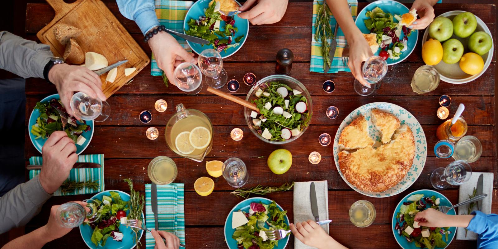Grand tablée ou tout le monde se partage de bons plats