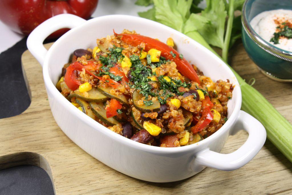 Plat contenant du quinoa, du mais, et des aubergines