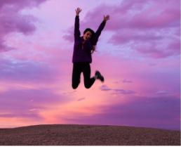 femme qui saute en l'air