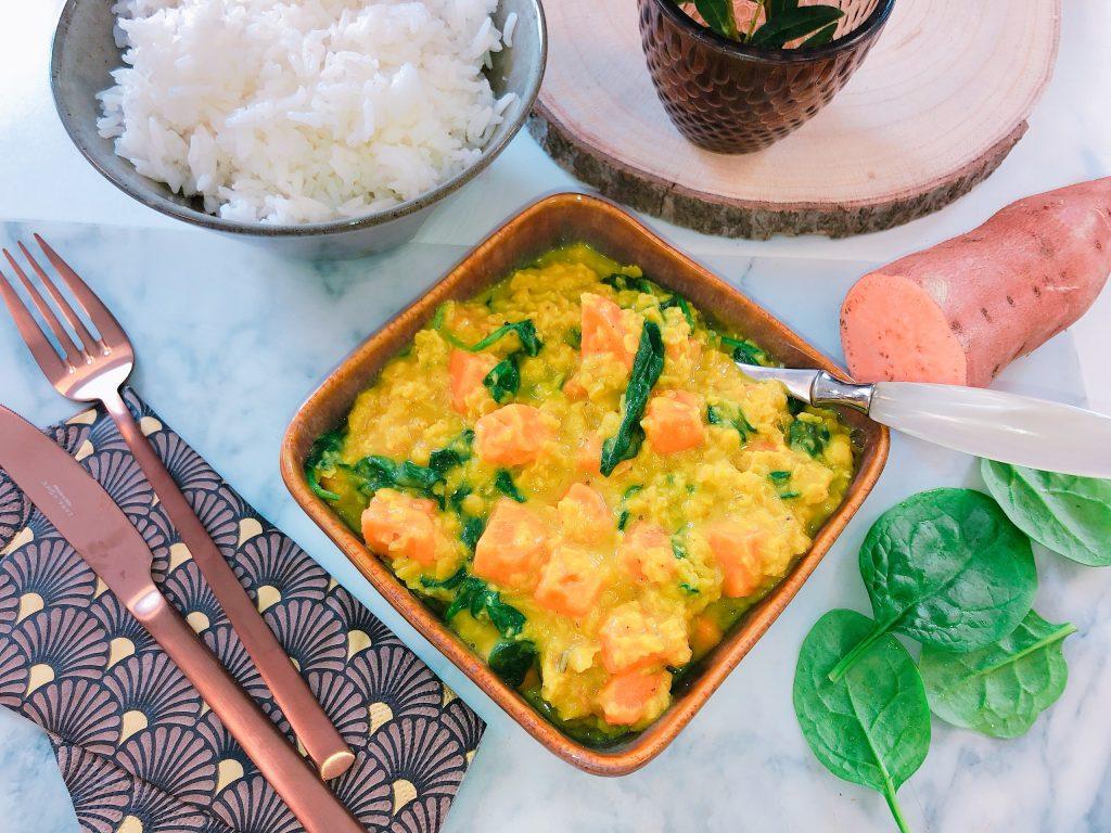 assiette de lentilles corail avec des patates douces et des épinards