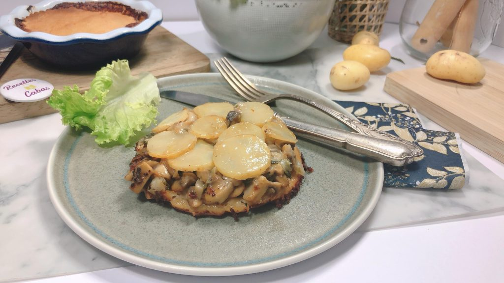 tarte tatin de pommes de terre ratte avec du reblochon et des champignons