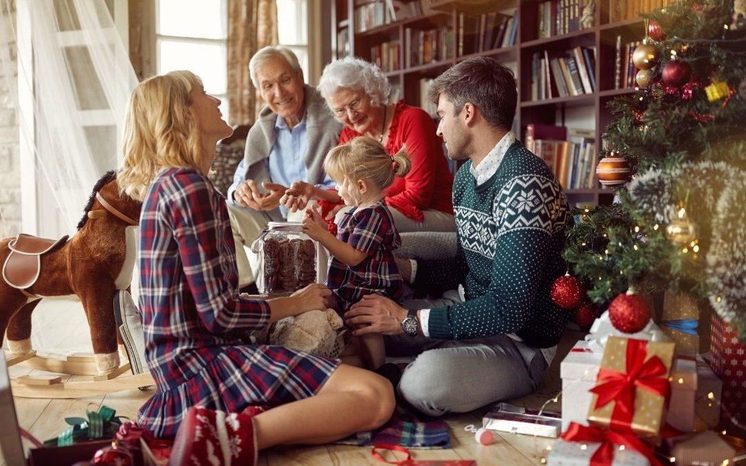Famille qui se retrouve à Nöel et qui mange des chocolat