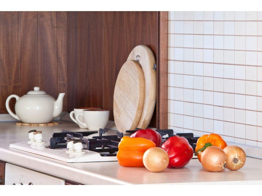 Plan de travail en cuisine avec des légumes