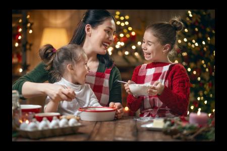 maman et ses enfants en train de cuisiner à Noel