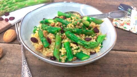 Recette de Salade de pâtes perles aux asperges et aux herbes