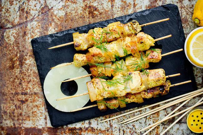 Recette Brochettes poulet-ananas au sésame - Courgettes au basilic