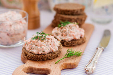 Recette de Tartines de rillettes de saumon - Salade composée