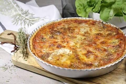 Recette de Tarte tomate-tapenade-mozzarella - Salade verte