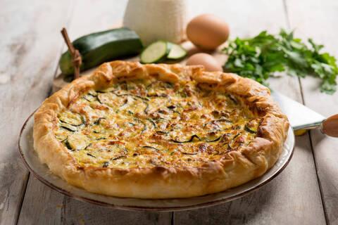 Recette de Tarte courgettes-saumon frais-basilic - Salade