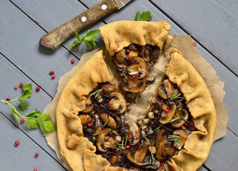 Recette de Tarte aux champignons, tomates confites et feta - salade
