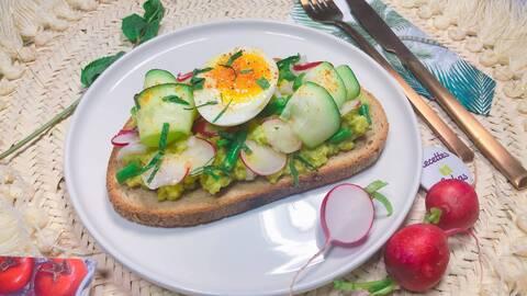 Recette de Avocado toast aux légumes croquants, œuf mollet - Salade