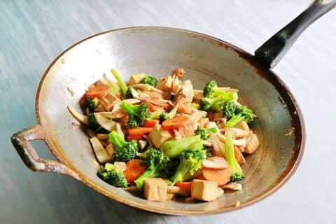 Recette de Wok de petits légumes et tofu aux herbes fraîches (SG)