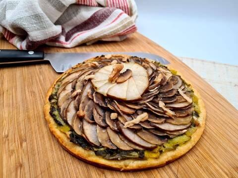 Recette de Tarte aux poireaux, champignons et poires - Salade verte