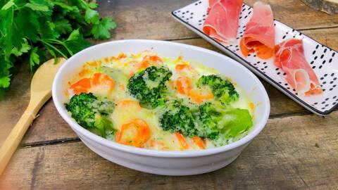 Recette de Brocolis et petites carottes gratinés au four, chiffonnade de jambon cru (SG)