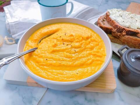 Recette de Velouté aux légumes anciens, tartine au fromage de brebis