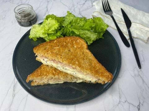 Recette de Croque-monsieur au cheddar et au jambon - Salade