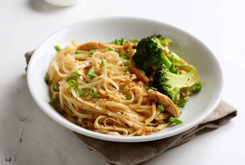 Recette de Wok de brocolis et champignons laqués, nouilles chinoises