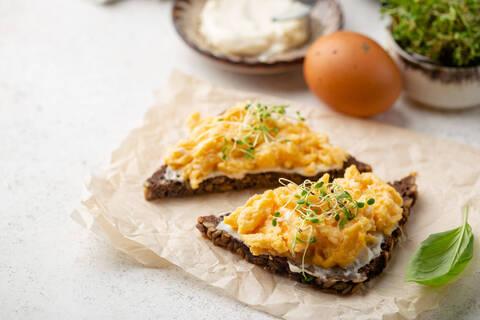 Recette Smorrebrod (toast au fromage et œufs brouillés) - Coleslaw