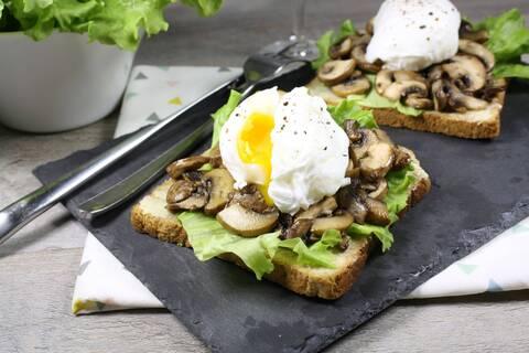 Recette de Tartine aux champignons et œufs pochés, salade verte
