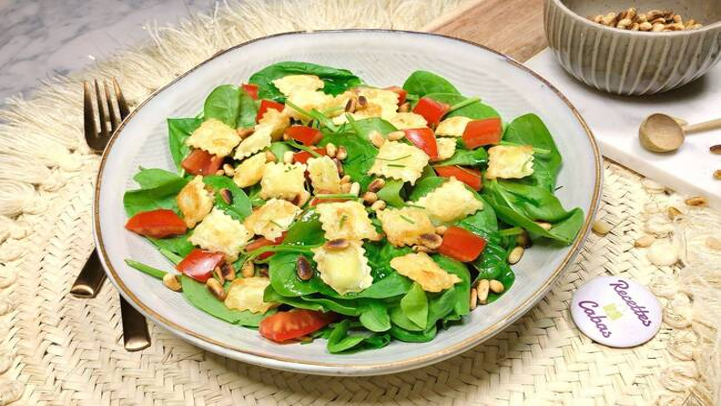 Recette Salade aux jeunes pousses, ravioles, tomates cerise, jambon cru, pignons