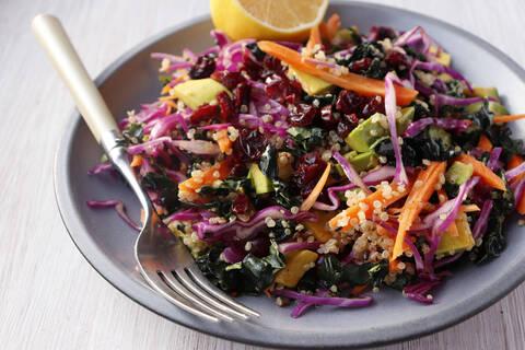 Recette de Salade de quinoa au chou rouge, avocat, pommes et noisettes (SG)
