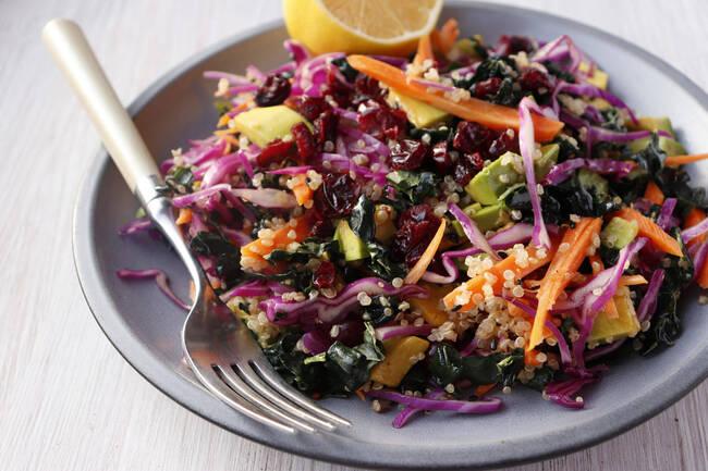 Recette Salade de quinoa au chou rouge, avocat, pommes et noisettes (SG)
