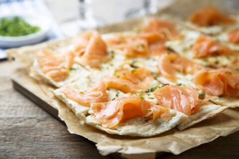 Recette de Pizza blanche au saumon fumé - Roquette