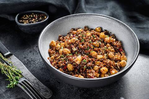 Recette de Salade de quinoa toute rouge aux noisettes grillées et cranberries - Pommes de terre sautées (SG)