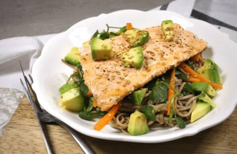 Recette de Salade de nouilles soba au saumon et à l'avocat