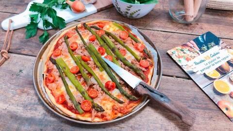 Recette de Pizza thon, asperges et mozzarella, salade verte