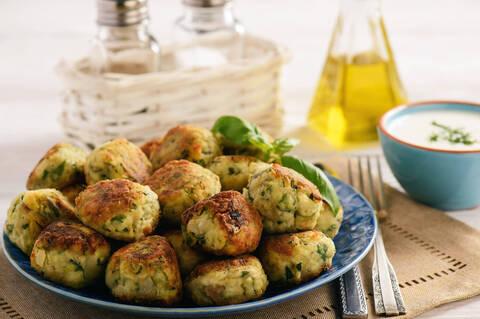 Recette de Boules croustillantes courgettes - pommes de terre, courgettes râpées