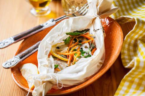 Recette de Filets de poisson aux légumes en papillote, sauce grenobloise (SG)