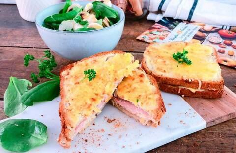 Recette de Croque-monsieur au taleggio, salade pousses d'épinards-champignons