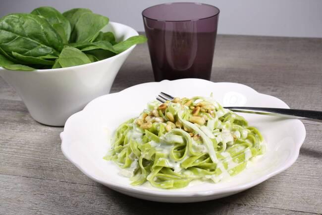 Recette Tagliatelles sauce saint nectaire et pignons de pins - Salade de tomates