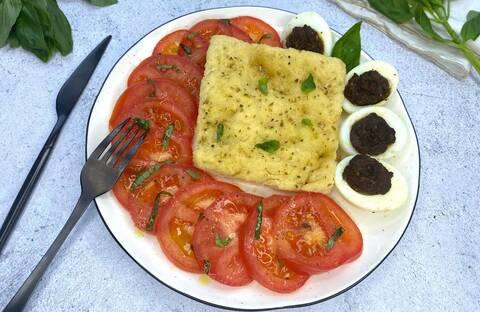 Recette de Méli mélo de tomates, œufs à la tapenade et fougasse