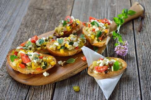 Recette de Bruschetta tomates-courgettes-chèvre-pancetta, salade