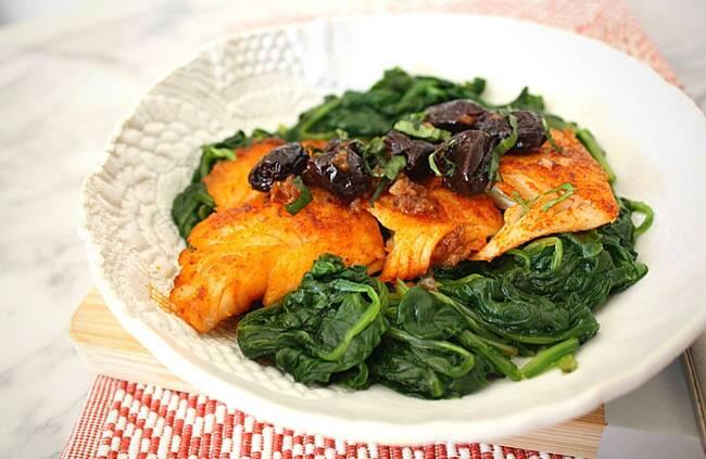 Recette Saumon grillé, tombée d'épinards frais aux olives noires (SG)