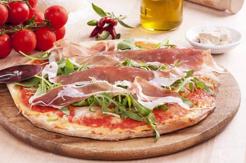 Recette de Pizza d'été au jambon cru et à la tomme de Savoie - Salade