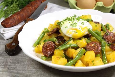 Recette de Salade tiède de pommes de terre et haricots au chorizo doux, aux œufs mollets (SG)