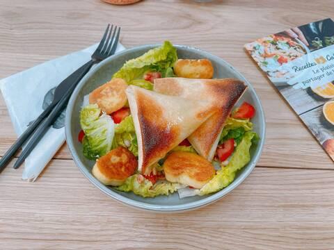 Recette de Salade complète au croustillant de chèvre chaud, pignons grillés et quenelles poêlées