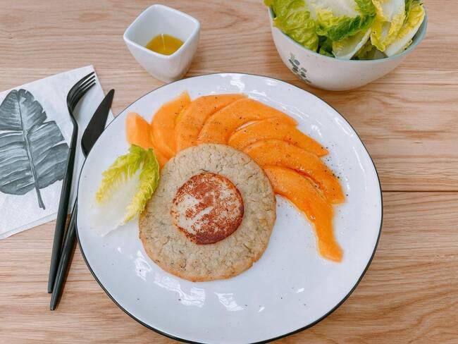 Recette Carpaccio de melon au basilic, galette végétarienne - salade