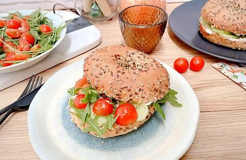 Recette de Bagels fromage frais-thon-tomates confites - Salade