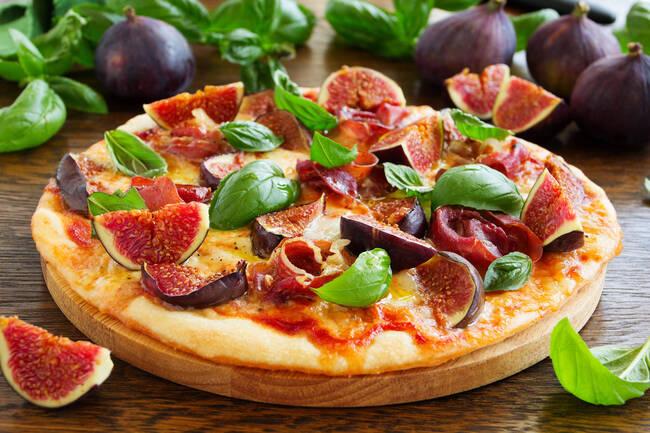 Recette Pizza de saison aux figues fraiches-mozzarella-jambon cru - Melon