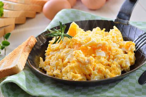 Recette Œufs brouillés au parmesan - Pommes de terre primeur en vinaigrette
