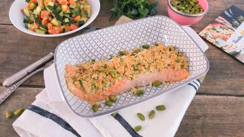 Recette de Saumon en crumble de pistache, carottes et courgettes fondantes