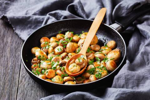 Recette de Poêlée de châtaignes, champignons sautés en persillade, mesclun (SG)
