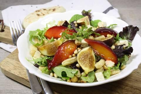 Recette de Salade complète de pâtes aux figues fraîches et pêches rôties